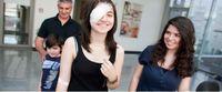 ein junges Mädchen lächelt trotz Augenverband